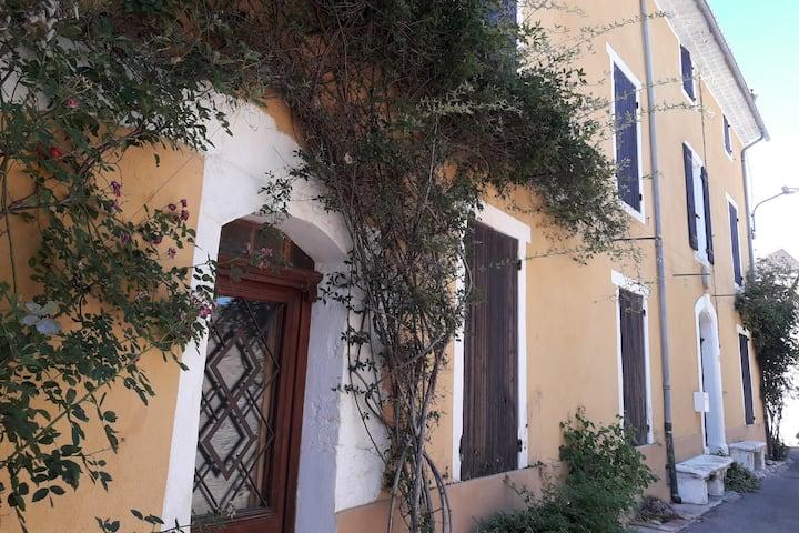 Mas- vélo. Grande maison provençale de village