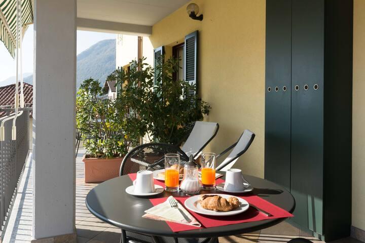 colazione sul terrazzo coperto vista lago