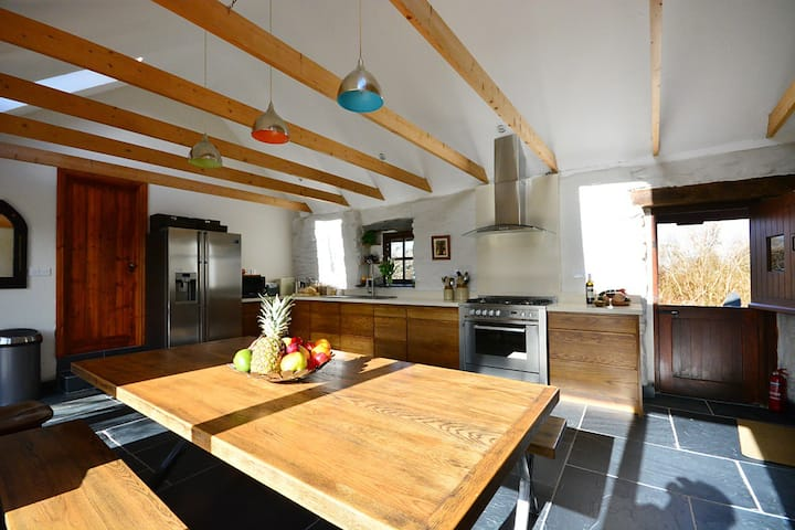 BALLYWIHEEN COTTAGE - Lovely Traditional Cottage