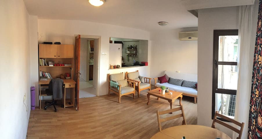 Clean room in bright, tidy flat in central Izmir