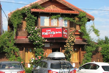 ELGA`S PUNK ROCK HOSTEL - Vama Veche - Bed & Breakfast