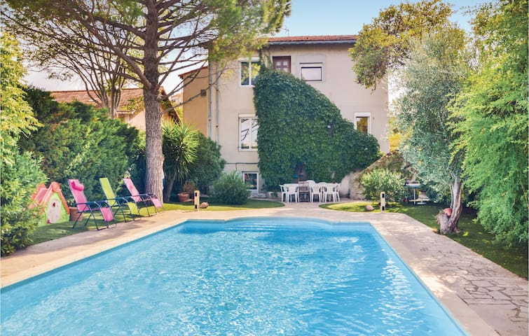 Holiday cottage with 5 bedrooms on 250m² in Marseille