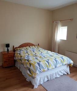 Room ensuite 8min from the airport/4min Ryanair HQ