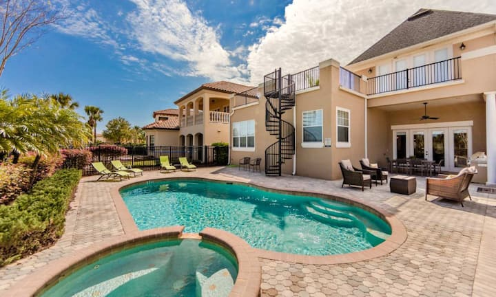Lavish 5 Bdrm House with Roof Top Deck