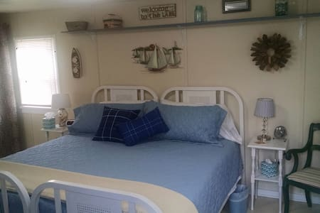 Cozy cabin-walk to Lake Superior!  Wifi & Cable-King-size bed - Eagle Harbor - Casa