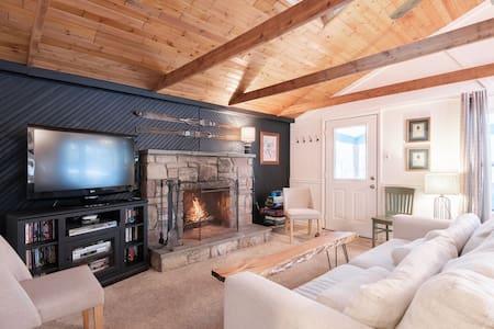 Cozy Creekside Cottage -Hot tub-Large covered deck