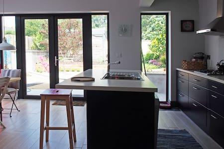 Small spacious cottage - 더블린 - 통나무집