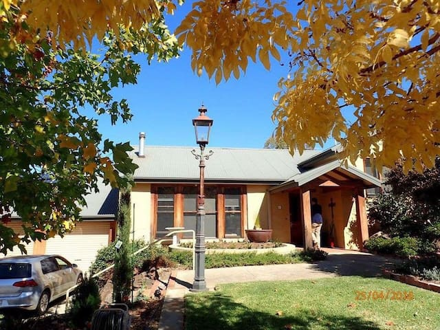 Mudbrick home we enjoying sharing - West Albury - House