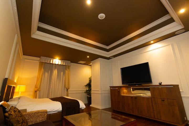 Love hotel for 2+huge TV+unlimited wifi,106