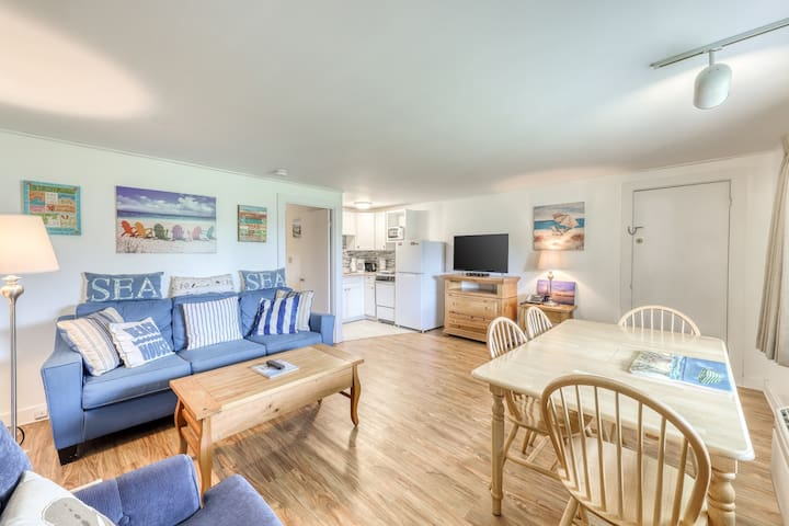 Cozy condo near the beach with shared pool, tennis, grills, and more!