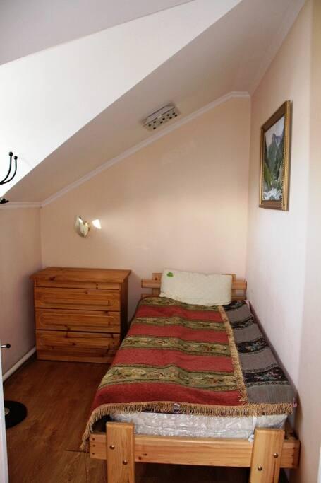 1 корпус комната с одной кроватью на второь этажесан узел общий