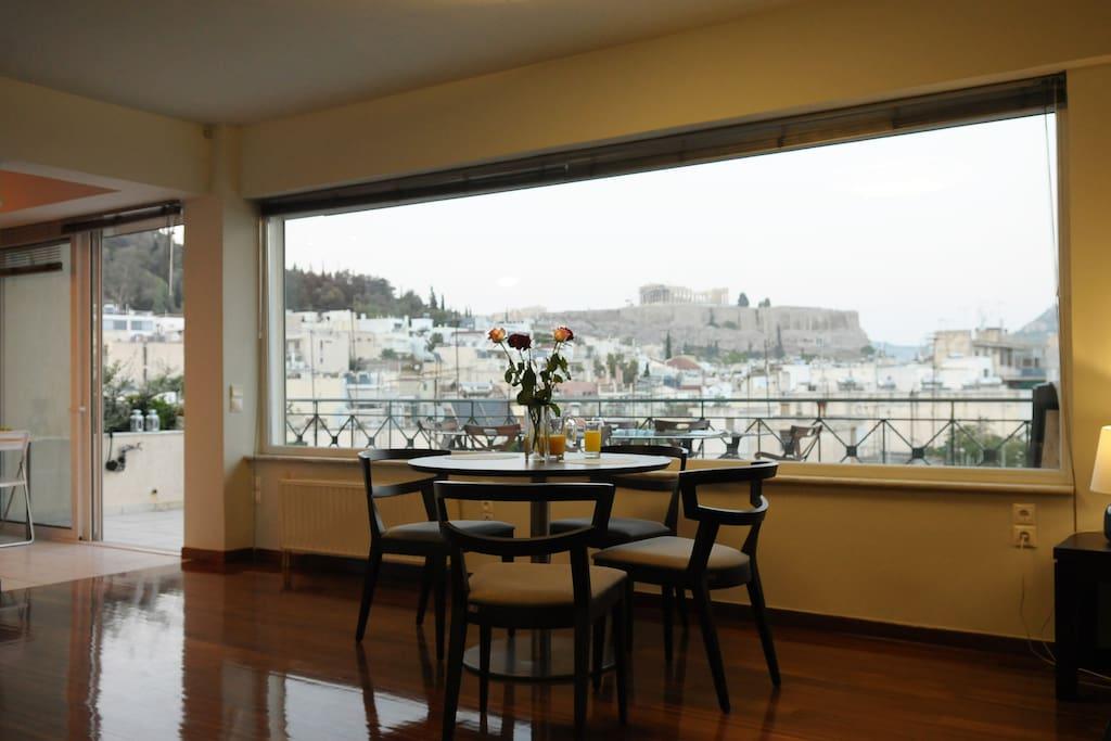 Θέα από το σαλόνι στον Παρθενώνα, Λυκαβηττό και στο λόφο Φιλοπάππου