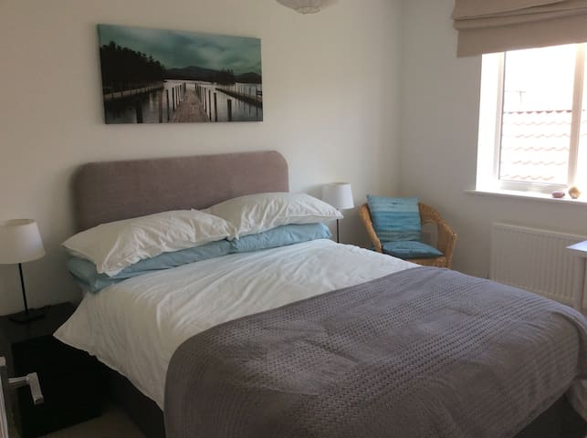 Modern, light, airy double room in Frome
