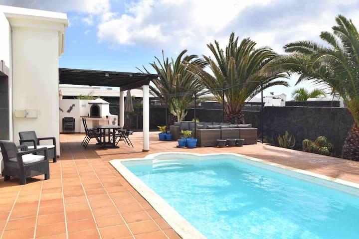 Villa Lily Mai, Playa Blanca, private heated pool