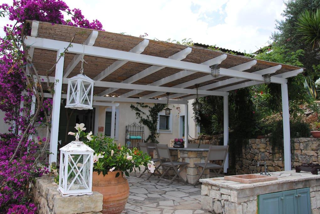 Esterno: portico con zona pranzo e cucina all'aperto