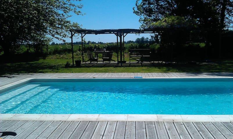Grande longère de charme avec piscine