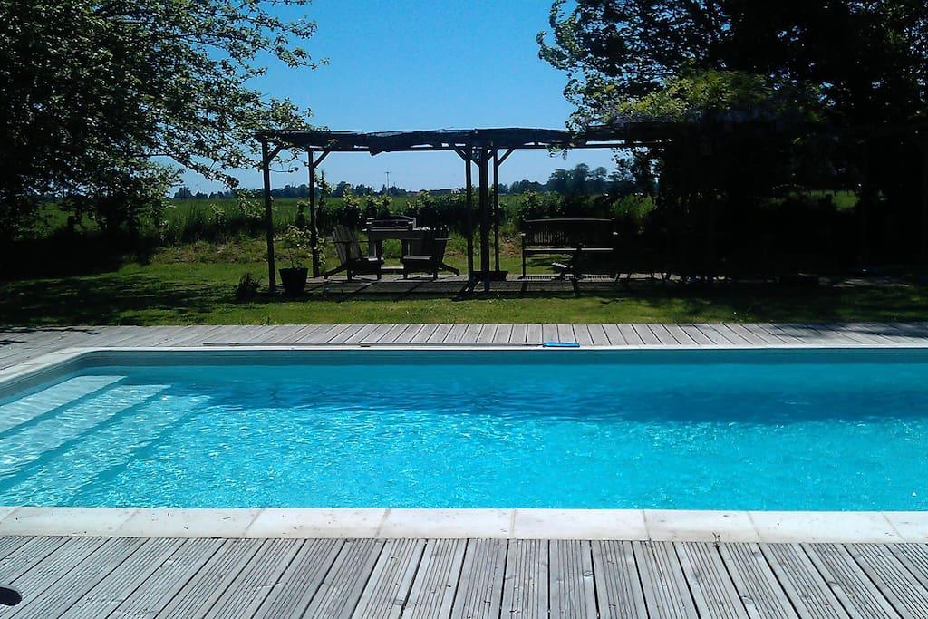 Belle piscine chauffée et sa pergola équipée d'un  barbecue