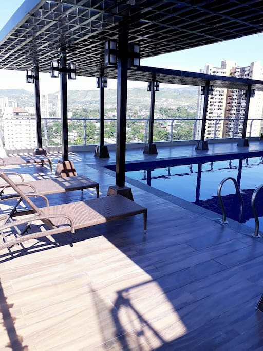 Rooftop pool: free access to guests