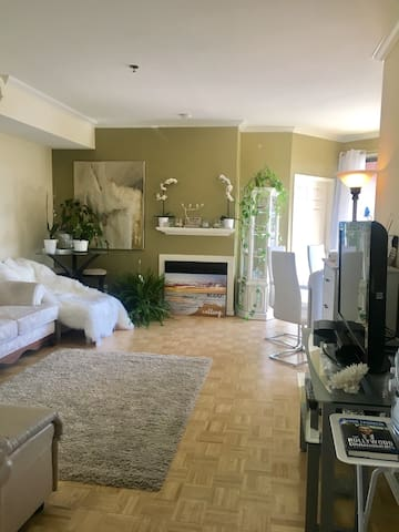 Private bedroom w/ bath in the heart of Hollywood!