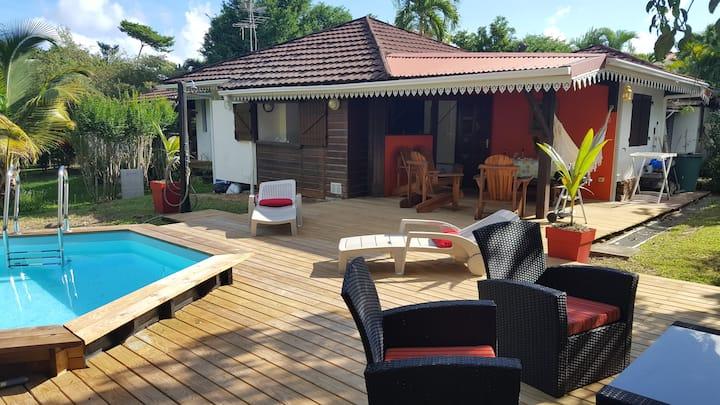 Bungalow et piscine privée dans résidence arborée