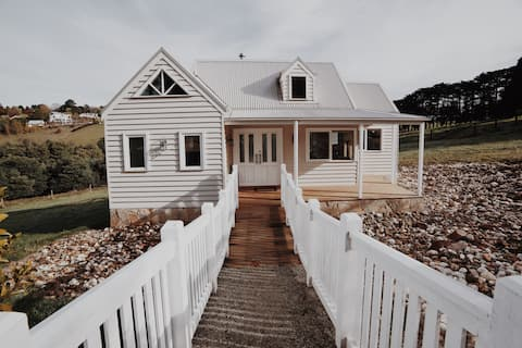 THE LITTLE WHITE HOUSE - Luxury in Emerald, VIC.