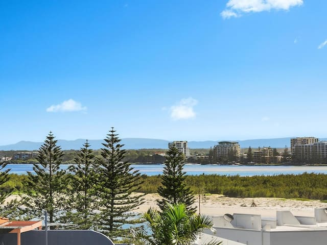 Ocean View Apartment.. 2min Walk to Beach