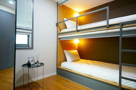 전망좋은 여성전용 2인실 게스트하우스 옥탑^ - Wansan-gu, Jeonju - Bed & Breakfast