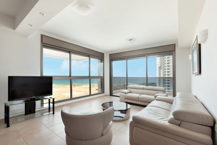 Penthouse on the beach -Ir Yamin-