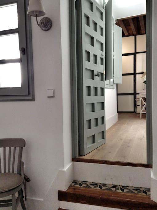 Puerta acceso independiente desde las escaleras a la suite