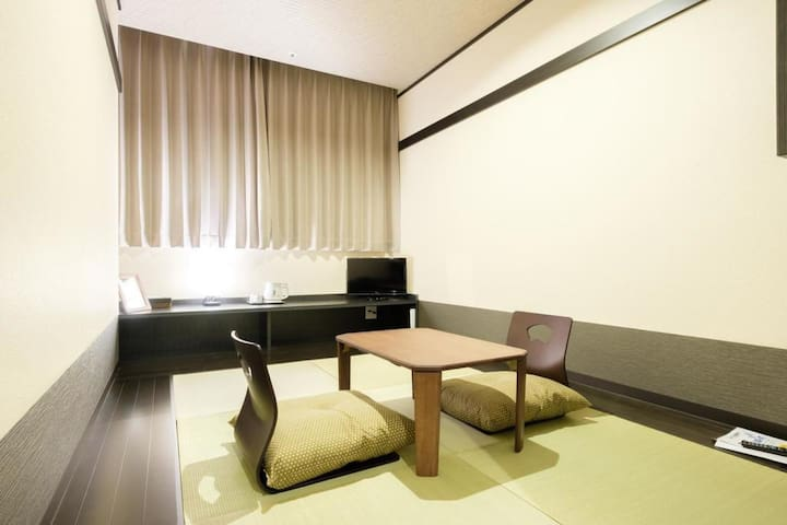A Tatami Room one stop away from Kansai Airport with Buffet Breakfast
