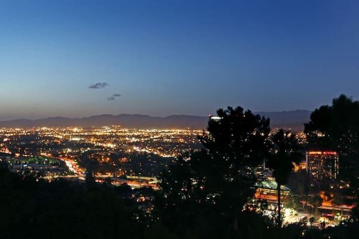 Hollywood Hills 2bdrm house with panoramic views