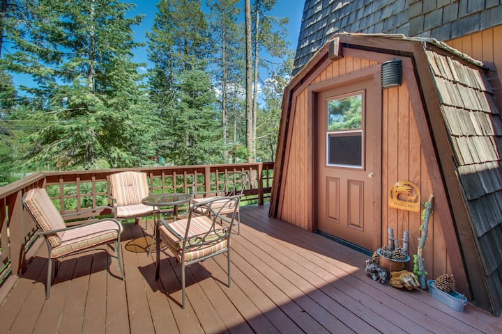 Dog-friendly home w/ shared pool, hot tub & sauna - onsite golf & near slopes!