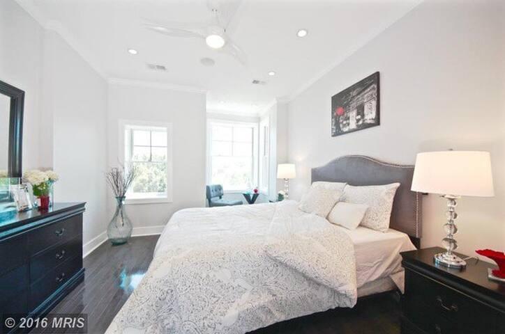 Master Suite - Private Bath + Living Room - Washington - House