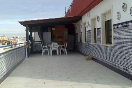 Atico con amplia terraza cerca de la playa y ria - Apartamento