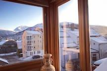 坐在客厅沙发上,就能欣赏外面美丽的风景。