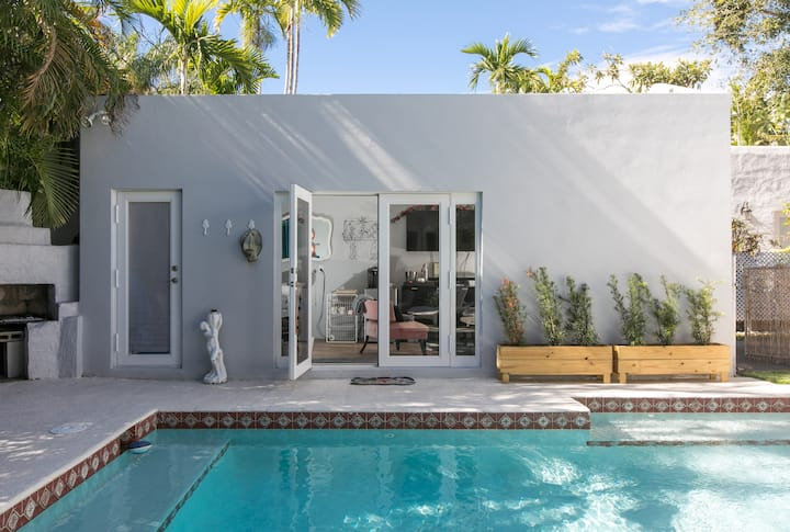 Art Deco Style Cottage With Pool