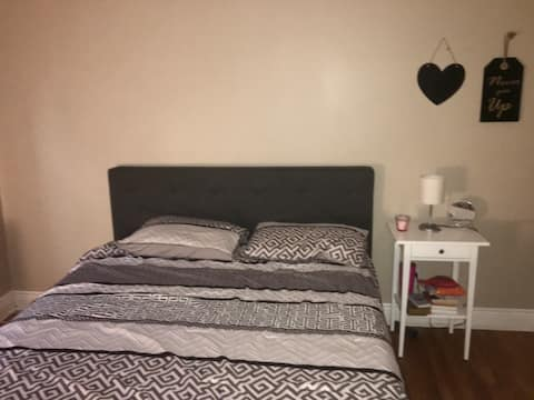 Private bedroom in Hamilton, ON near Mcmaster uni.