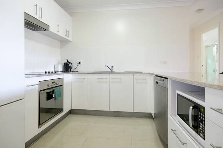 Roomy apartment in trendy area! - Clayfield - Apartmen
