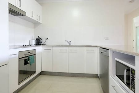 Roomy apartment in trendy area! - Clayfield