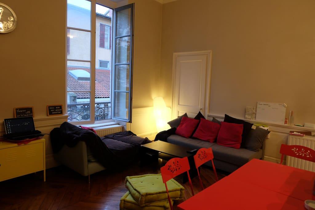 Salon avec canapé convertible, méridienne confortable, table à manger, TV... Living room with fold-out sofa, dining table, TV...