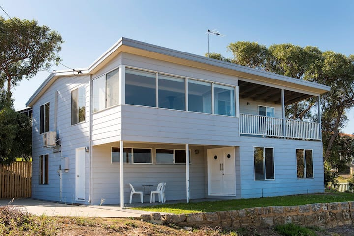 Seaclusion Cottage - Modern renovated beach house