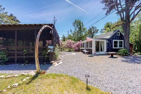 New listing! Quaint cottage w/ beautiful interior design & outdoor kitchen!