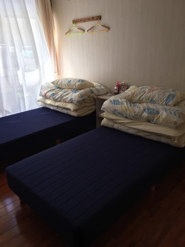 お二人でお過ごしに最適なツインベッド個室 冷暖房完備・無料WiFi