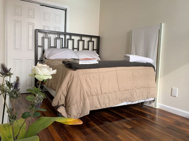 Cozy room/creative space in modern bed stuy home.