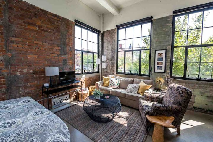 OTR-Brewery District Sunny Urban Loft by Market