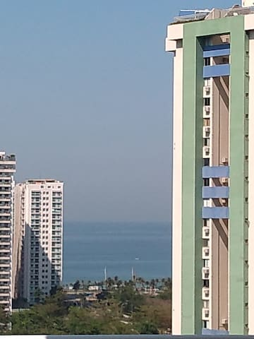 Alugo temporada, com varanda vista para o mar.