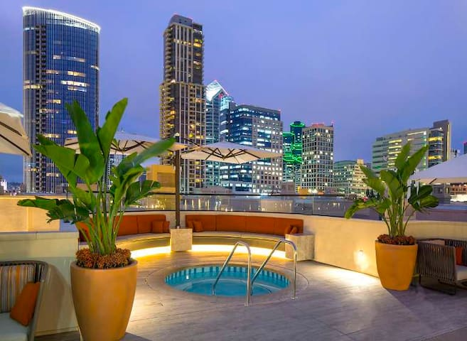 C | LUXURIOUS LOFT W/ AMAZING ROOFTOP POOL/PARKING