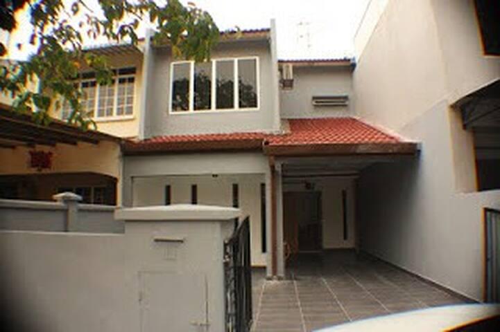 Vacation House in Taman Kinrara Section 2, Puchong