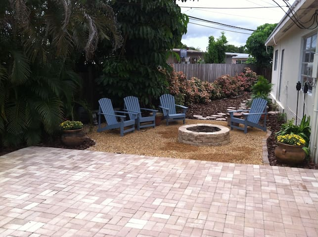 Sunny Romantic Pool House, shop, party, and relax! - Pembroke Pines - Lägenhet