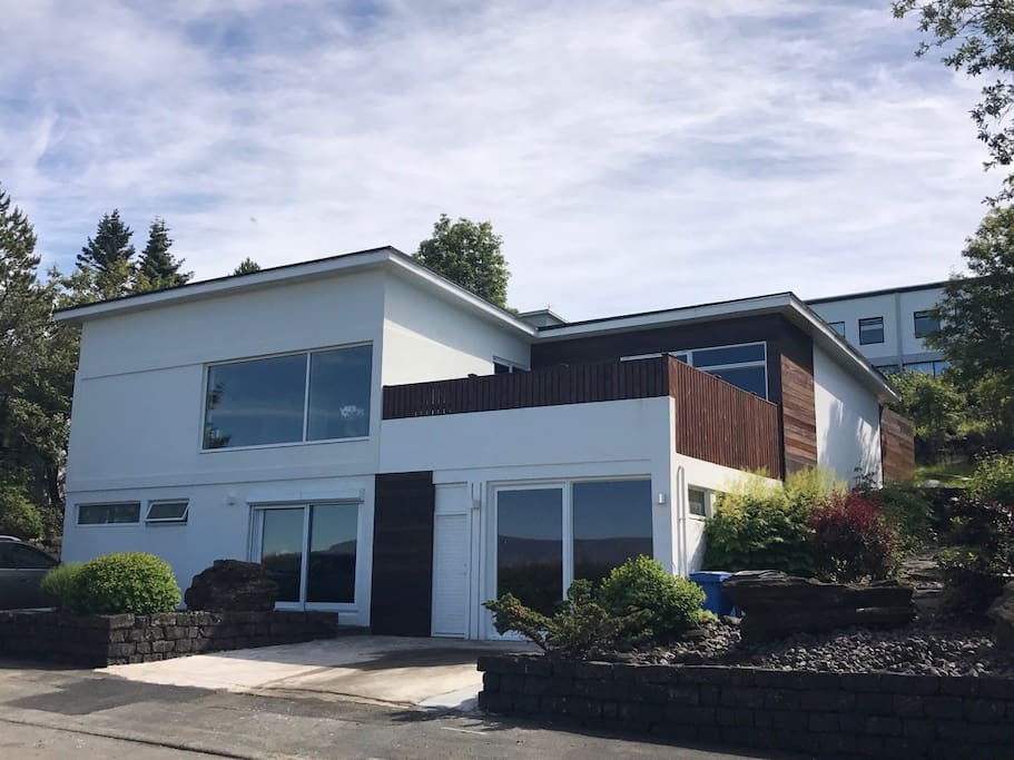 House front. Plenty of parking space for you. Front yard abloom in Spring to welcome you. Your room is on balcony Lovely home in kópavogur / W HOT TUB / 15.min from DOWNTOWN REYKJAVÍK Iceland